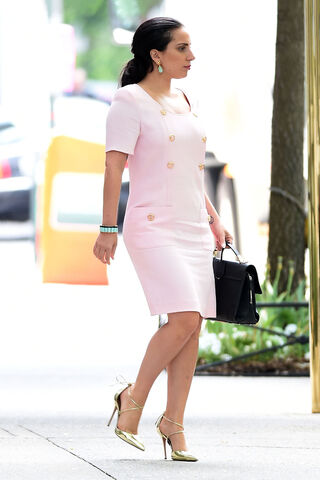 File:5-11-15 Arriving at her apartment in NYC 001.jpg