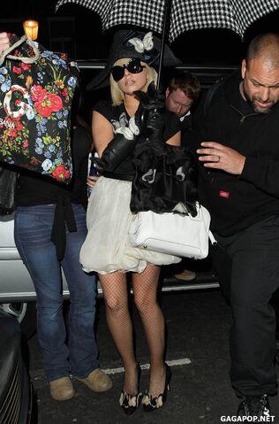 File:4-19-09 Arriving at London Hotel.jpg