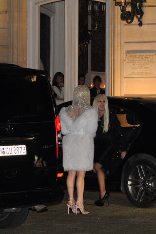 File:1-19-14 Arriving at Versace Dinner Party 001.jpg
