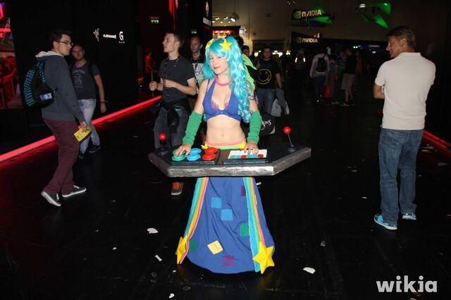 File:JAlbor Gamescom Arcade Sona.JPG