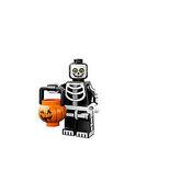 Mann im Skelett-Kostüm