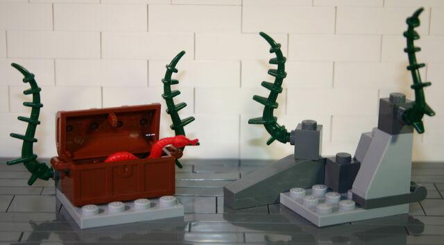 File:Brickmaster Atlantis Felsen und Schatz.JPG