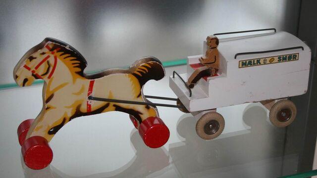 File:Paar met melkwagen.jpg