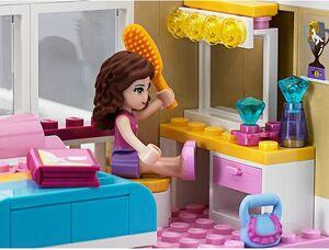 Olivia doing hair