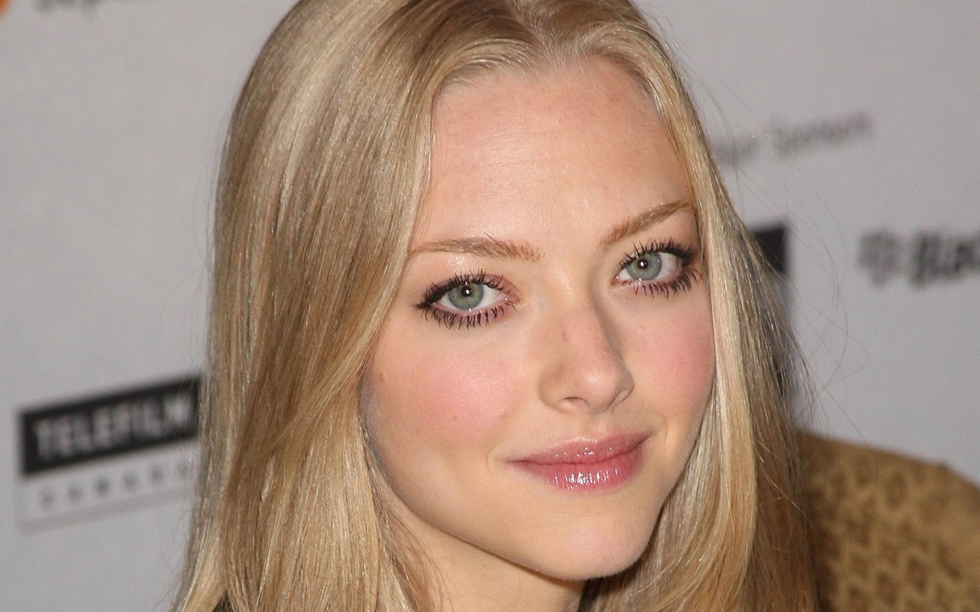 amanda seyfried gif hunt