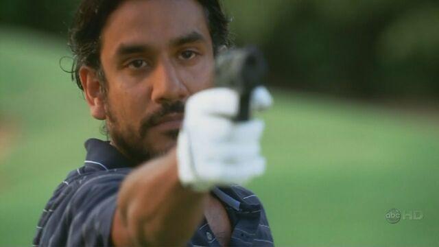 Archivo:4x03 SayidFF shooting.jpg