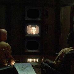 Locke i Mr. Eko oglądają instruktaż