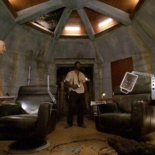 Locke e Mr. Eko explorando a Estação Pérola