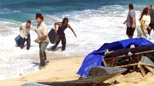 Archivo:Jack Sayid dragging luggage.JPG