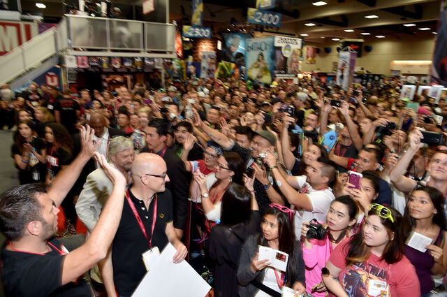 File:Sdcc2014-antmansigning crowd.JPG