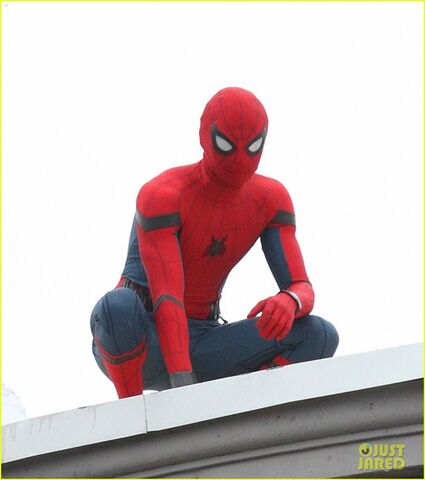 File:Tom-holland-snaps-a-selfie-while-filming-spide-man-homecoming-02.jpg