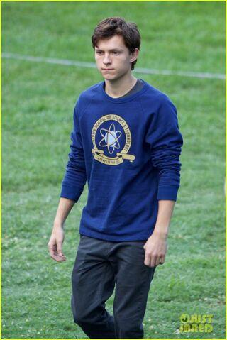 File:Tom-holland-wears-school-sweatshirt-on-spider-man-homecoming-set-02.jpg