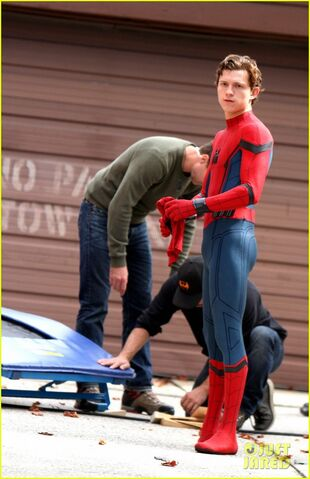 File:Tom-holland-looks-buff-while-filming-spider-man-in-nyc-10.jpg