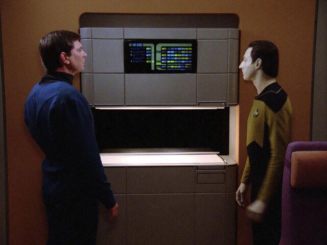 Delta und Captain stehen vor dem Food Replicator