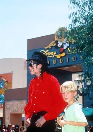File:Michael Jackson and Macaulay Culkin Disney.jpg