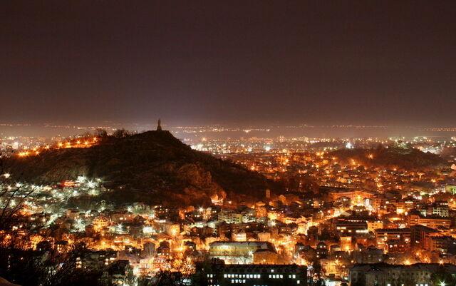 File:Plovdiv Night Life 2.jpg