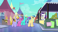 Rarity trying to convince crowd S3E2