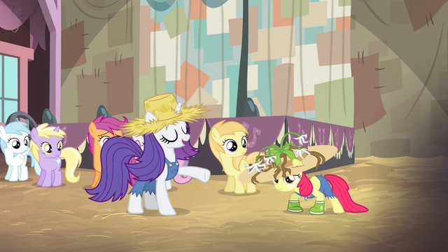 "File:Rarity ""make yourselves look just like that"" S4E13.png"