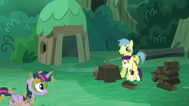 File:Goldengrape holds Boysenberry as Twilight enters S5E26.png