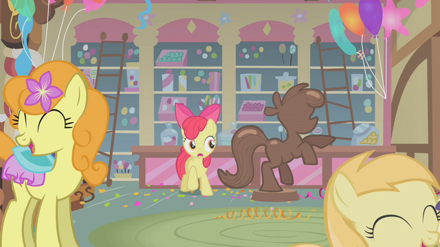 Datei:Apple Bloom stands next to the chocolate pony S1E12.png