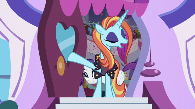 File:Sassy welcomes the ponies S5E14.png