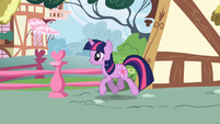 Twilight Sparkle trotting S01E04