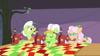 Granny Smith can't hear Applejack S3E8