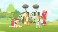 Other Apples listening to Apple Bloom talking S4E17