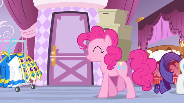 File:Pinkie Pie carrying boxes S4E19.png
