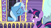 Twilight grinning uncomfortably at Trixie S6E25
