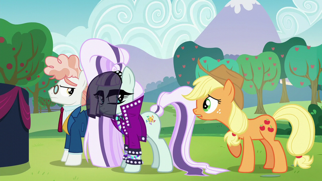 File:Applejack says hi at Coloratura S5E24.png