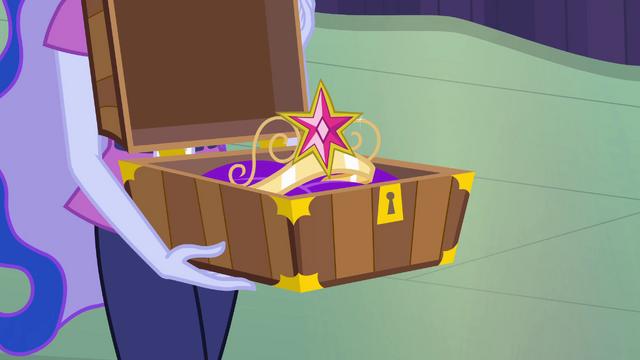 File:Luna presents the crown EG.png