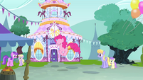 Pinkie bouncing in front of Carousel Boutique S4E23