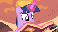 Twilight levitates a book S4E07