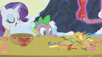 Rarity dumps weaving materials onto table S1E11