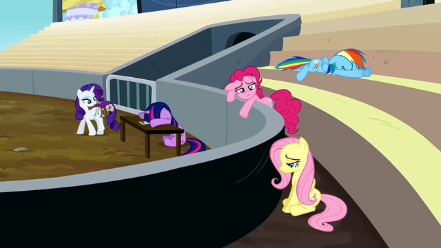 File:Rarity dusting herself S2E14.png