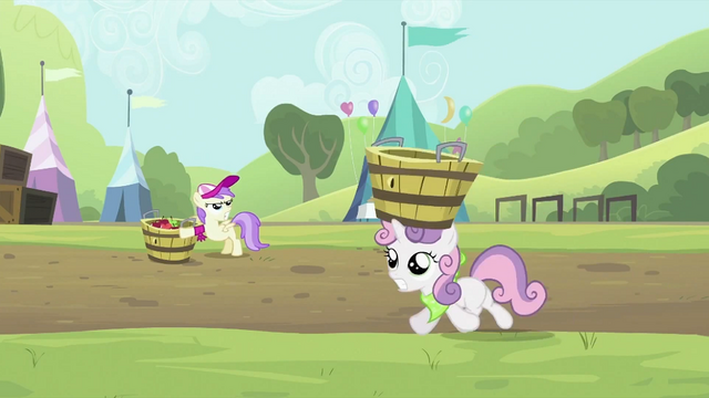 File:Sweetie Belle with empty tub on head S2E05.png