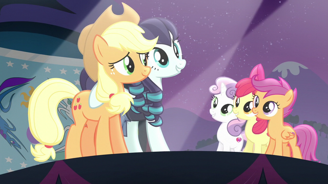 File:Applejack on stage with Coloratura and the CMC S5E24.png