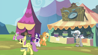 AJ and Rarity approaching Bill Neigh's stall S4E22