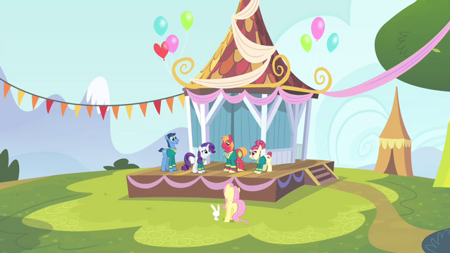 File:The other Ponytones and Fluttershy looking at Big Mac S4E14.png