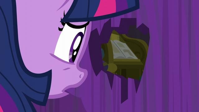 File:Twilight peeks through the hole S5E12.png