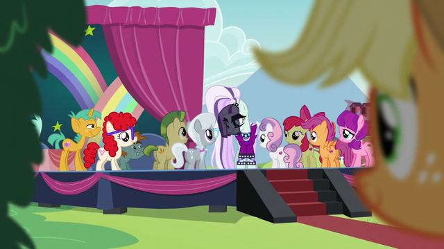 File:Coloratura interacting with the school foals S5E24.png