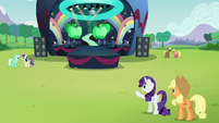 Rarity pointing at the stage S5E24