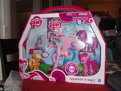 File:Princess Celestia with Twilight, Pinkie Pie, Applejack and Spike gift set.jpg