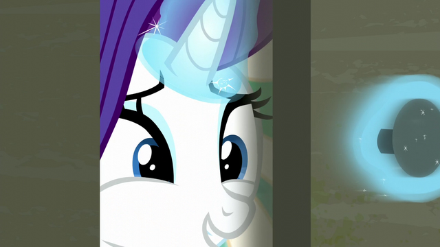 File:Rarity about to come outside the room S6E9.png