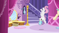 Sweetie Belle upside-down S4E01