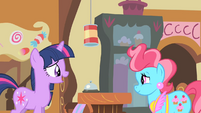 Twilight talking to Mrs. Cake S1E25