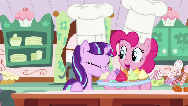 File:Starlight eats one of the cupcakes S5E26.png