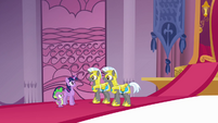 Twilight talking to royal guards S4E01
