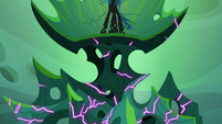 Queen Chrysalis' throne cracking some more S6E26